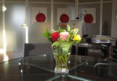 Blumenstrauß auf Tisch - in der Kanzlei PB für Arbeitsrecht in Hannover