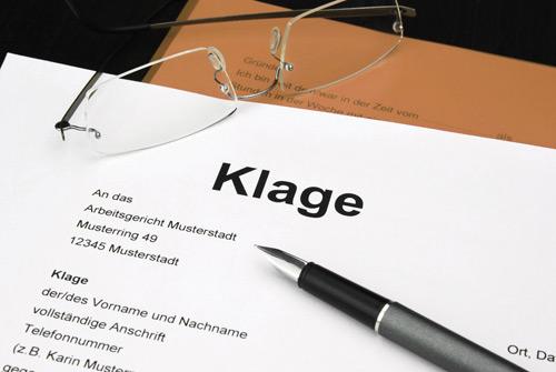 Klage auf Tisch, bildlich für Kündigungsschutzklage im Arbeitsrecht in Hannover